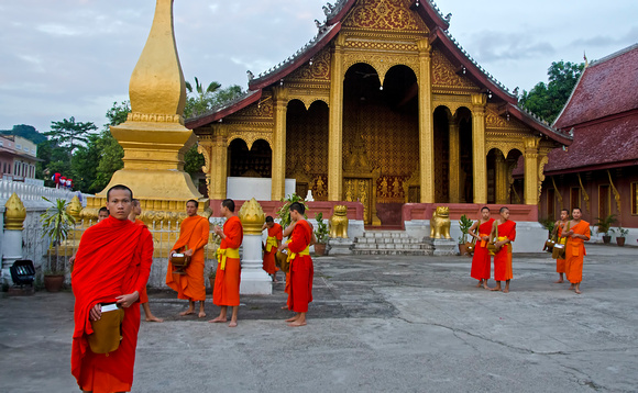 Monks at Wat Saen
